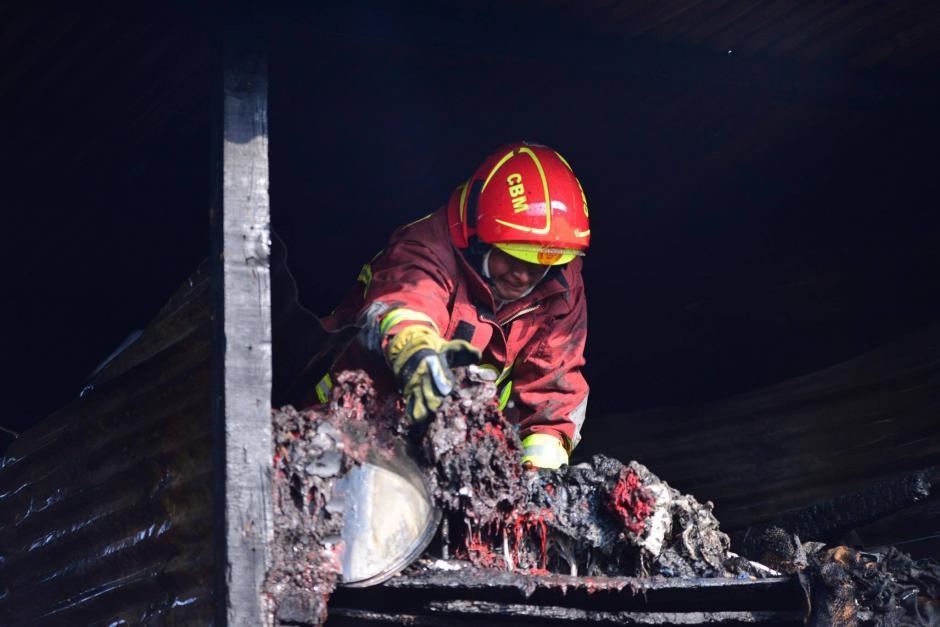 Los bomberos evitaron que el incendio se propagara. (Foto: Jesús Alfonso/Soy502)