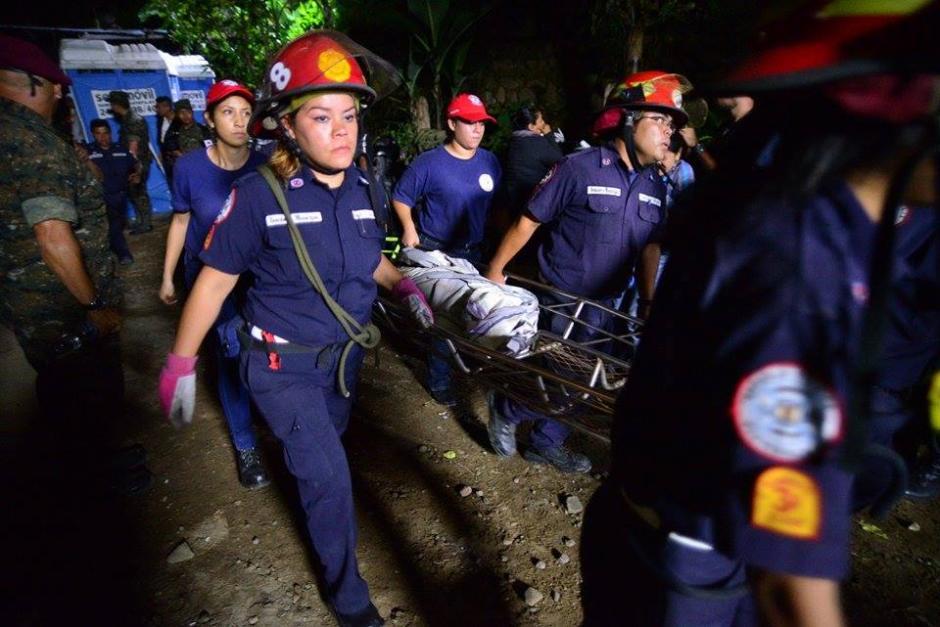 Los bomberos rescataron en la noche del viernes a otros soterrados y la cifra aumentó a más de 25 fallecidos. (Foto: Wilder López/Soy502)