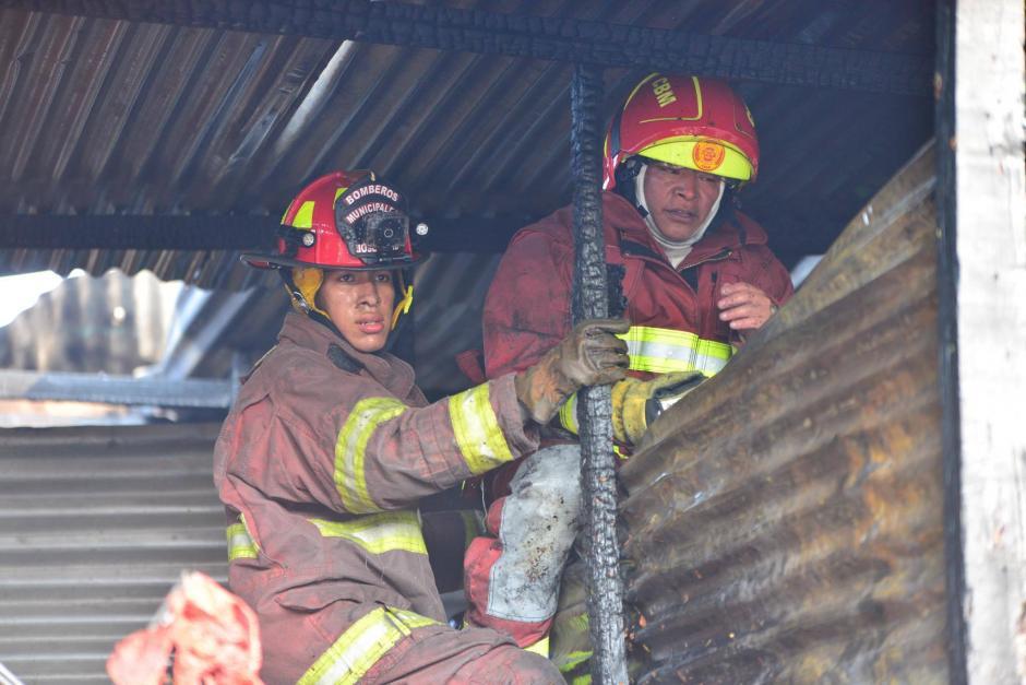 Los bomberos buscan pequeños focos de fuego para apagar el incendio por completo.  (Foto: Jesús Alfonso/Soy502)