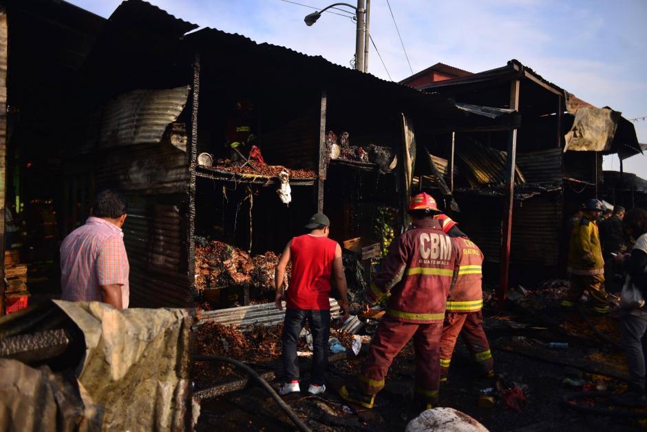 Pese al esfuerzo, más de 40 locales fueron consumidos por el fuego.  (Foto: Jesús Alfonso/Soy502)