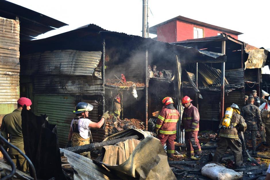 Más de dos horas de trabajo les tomó a los cuerpos de socorro controlar las llamas.  (Foto: Jesús Alfonso/Soy502)