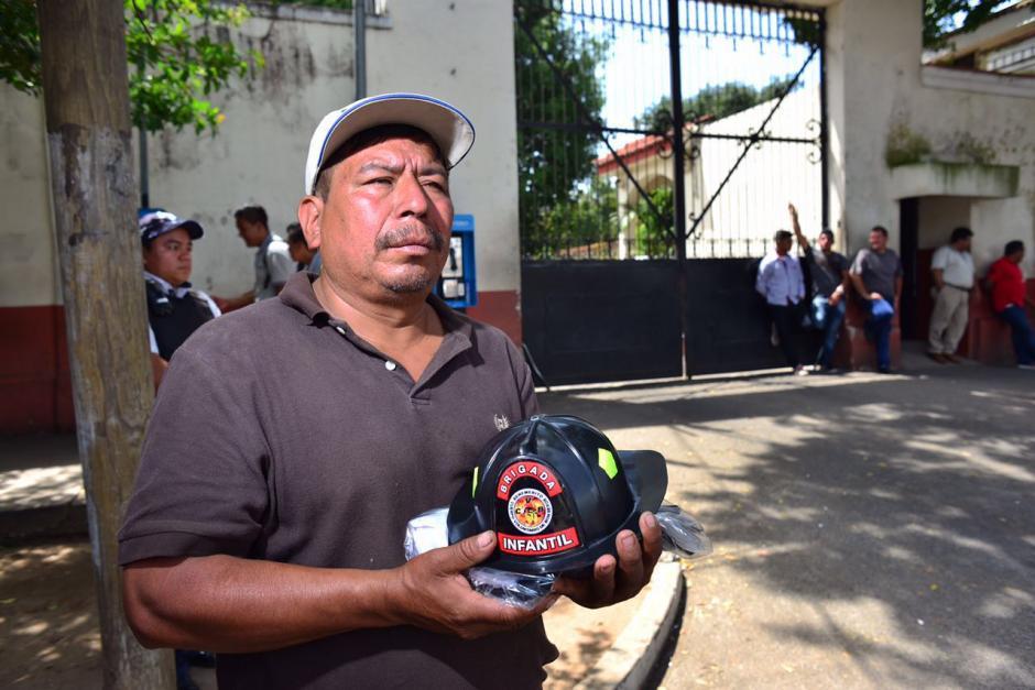 Los Bomberos Voluntarios entregaron un casco y un traje de bombero a los familiares. (Foto: Jesús Alfonso/Soy502)