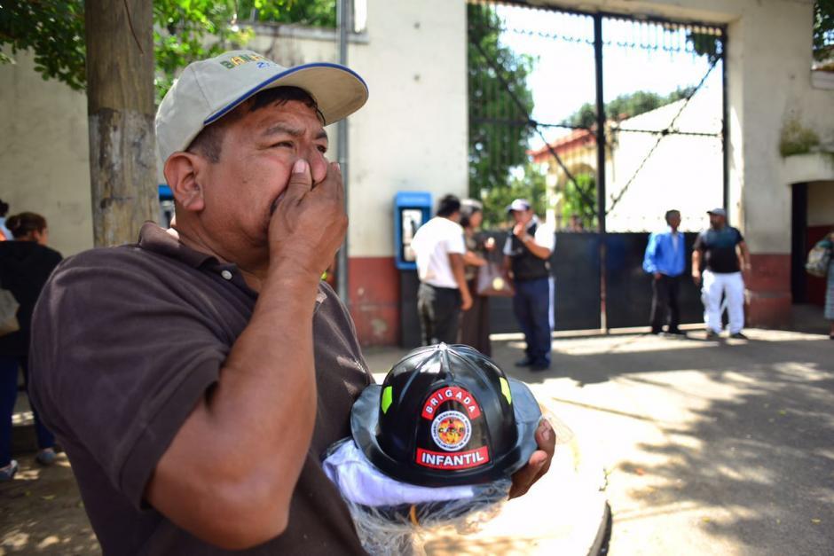Los familiares de Jimmy Vega recibieron el uniforme de los Bomberos Voluntarios. (Foto: Jesús Alfonso/Soy502)