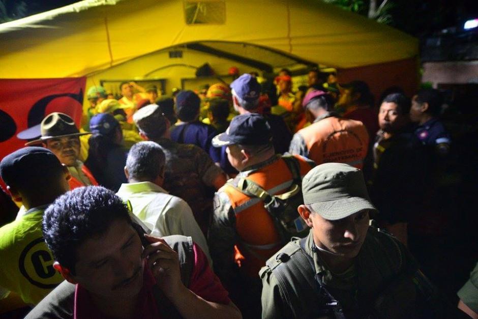 Los rescatistas reciben instrucciones para iniciar muy temprano los trabajos de búsqueda. (Foto: Wilder López/Soy502)
