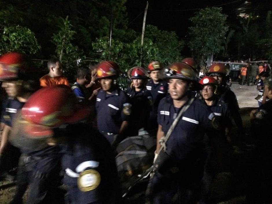 Los bomberos Municipales finalizaron una labor de casi 24 horas. (Foto: Roberto Caubilla/Soy502)