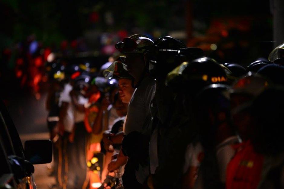 Los cuerpos de socorro trabajaron por casi 24 horas en la búsqueda de personas en El Cambray II en Santa Catarina Pinula. (Foto: Wilder López/Soy502)