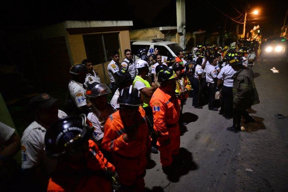 Los bomberos y rescatistas de Conred, el Ejército y la Policía local se agrupan para recibir indicaciones sobre la búsqueda del sábado. (Foto: Wilder López/Soy502)