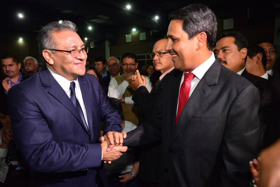 Ambos se saludan y reconocen su victoria para la segunda vuelta. (Foto: Jesús Alfonso/Soy502)
