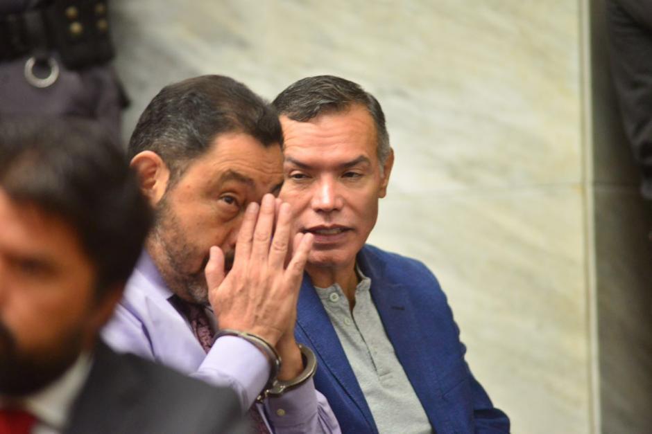 A su llegada a Torre de Tribunales habla con otros implicados. (Foto: Jesús Alfonso/Soy502)