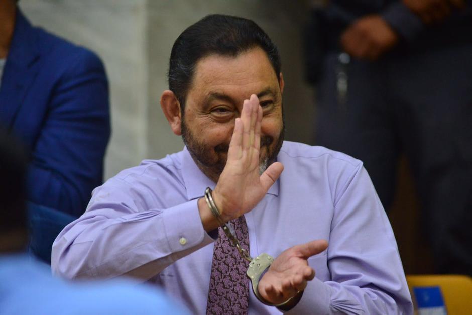 El exministro de gobernación, Mauricio López Bonilla saluda a los medios. (Foto: Jesús Alfonso/Soy502)
