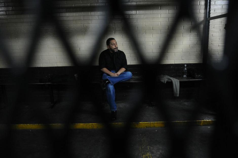 Así permaneció en la carceleta de la Torre de Tribunales. (Foto: Alejandro Balan/Soy502)