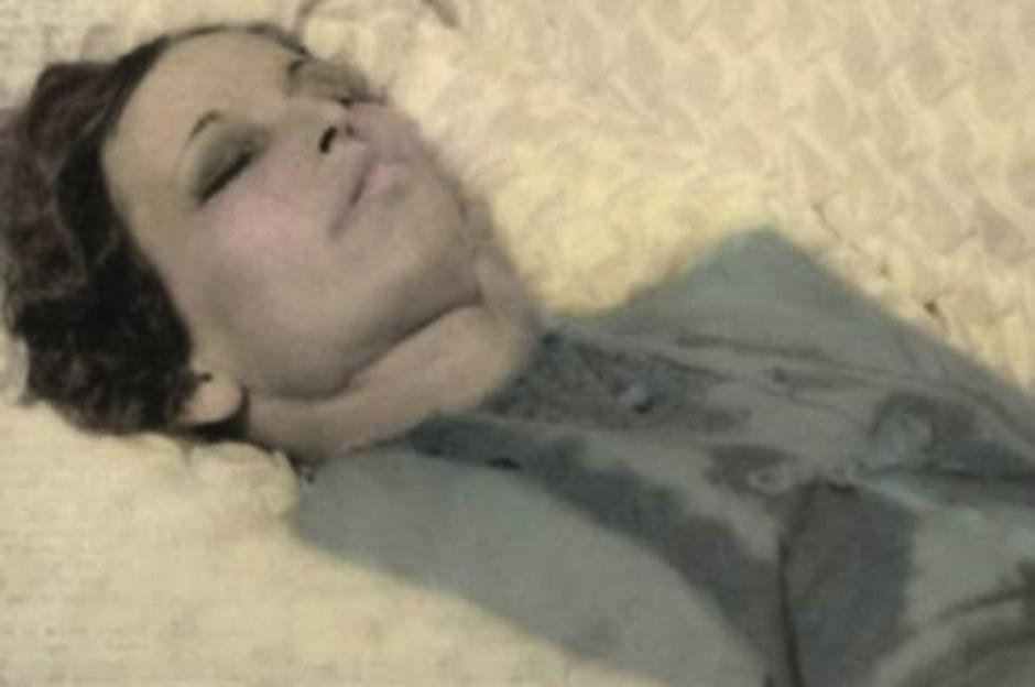 """Bonnie Parker, pareja del clásico dúo de asaltantes de los años 30, """"Bonnie and Clyde"""" fue velada luego que su cuerpo había sido limpiado por la violenta muerte, causada de un tiroteo para atraparlos. Bonnie tenía 24 años. (Foto: Google)"""