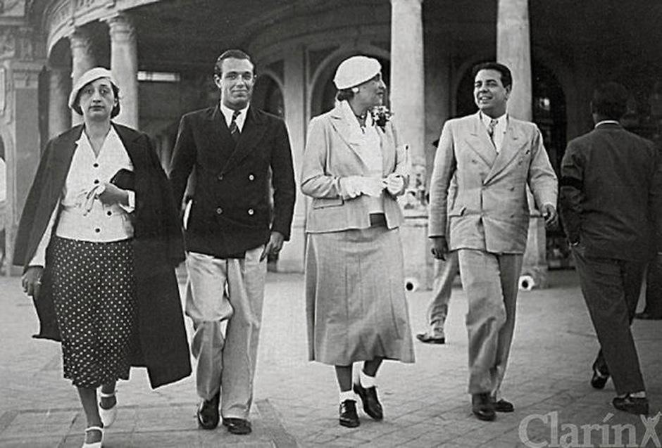 Borges compartiendo con Josefina Dorado, Adolfo Bioy y Victoria Ocampo en 1935. (Foto: