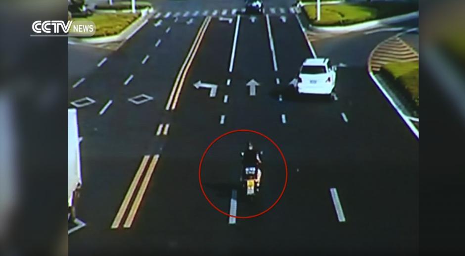 El joven se conducía a toda velocidad por la calle más concurrida de China. (Captura de pantalla: CCTV News/Youtube)