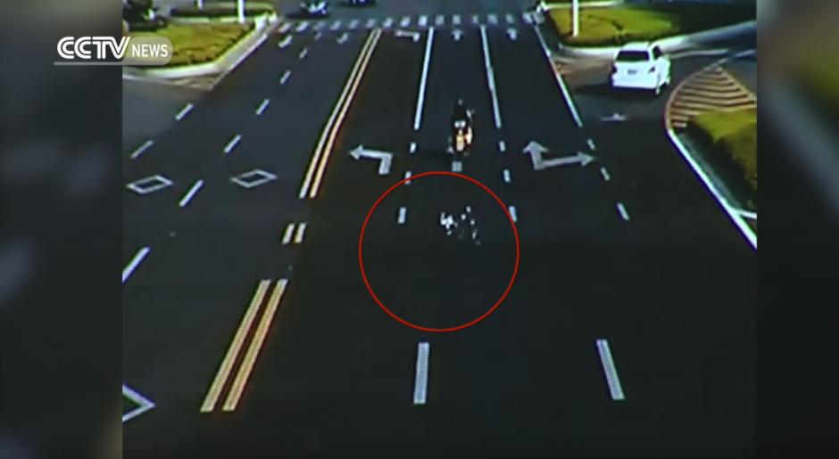 El hombre se baja apresurado para recoger el dinero. (Captura de pantalla: CCTV News/Youtube)