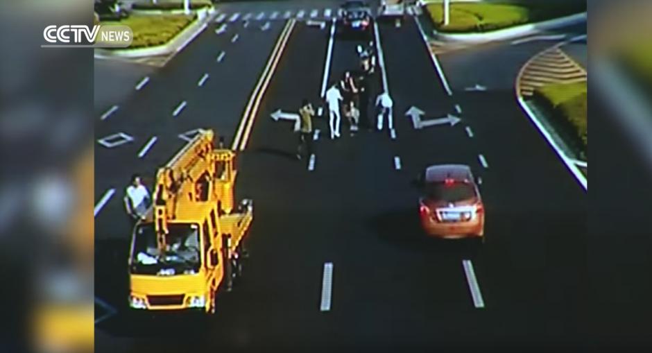 El hombre logró recuperar todo el dinero para seguir su camino al hospital. (Captura de pantalla: CCTV News/Youtube)