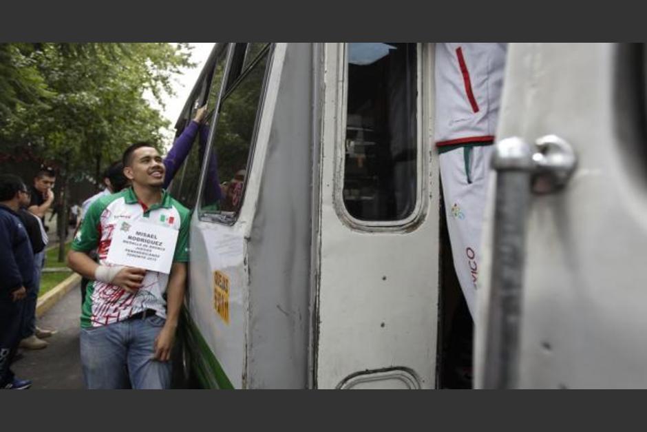 Misael Rodríguez pidió dinero en los buses para pagar su preparación. (Foto: Twitter)