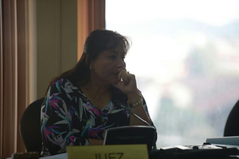 La titular del Juzgado Sexto de Primera Instancia Penal, Silvia Violeta de León escucha las peticiones. (Foto: Wilder López/Soy502)