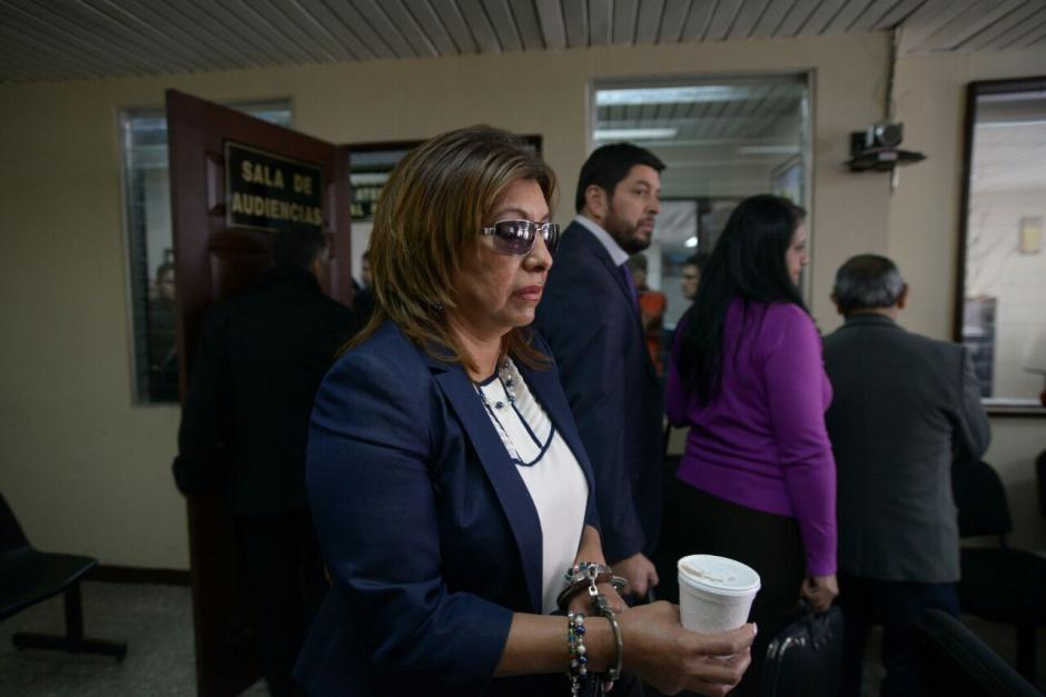 Así llegó Anabella de León al juzgado para que se le retire la prisión preventiva. (Foto: Wilder López/Soy502)