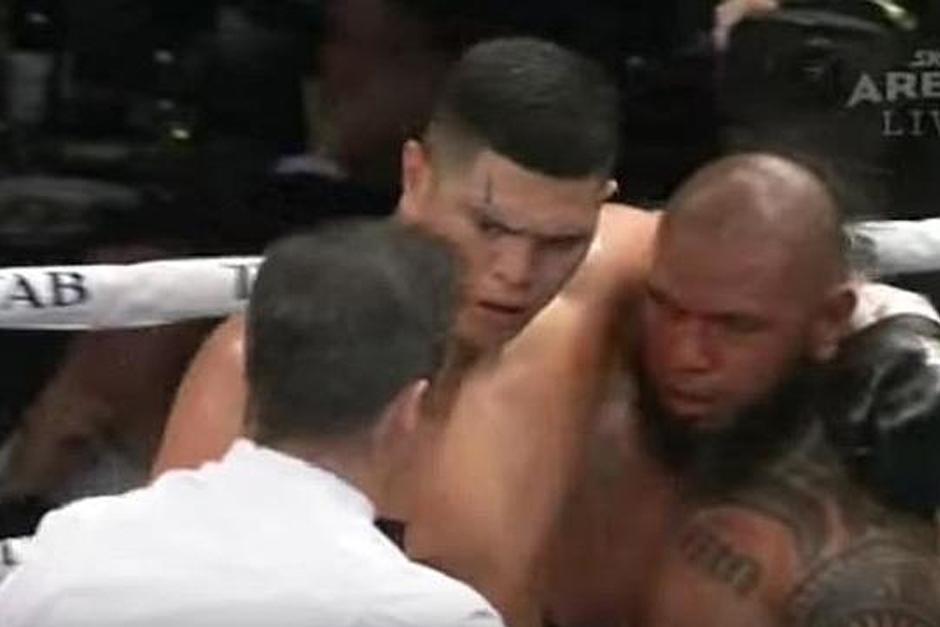 El neozelandés Willis Meehan abraza a Lakopo Tato cuando el árbitro detiene la pelea. (Foto: YouTube)