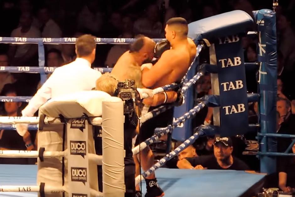 El neozelandés Willis Meehan se enoja con el árbitro por no detener su pelea ante Lakopo Tato. (Foto: YouTube)