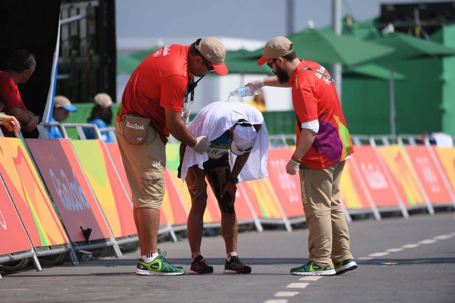 Tras cruzar la meta recibió atención médica e hidratación. (Foto: Aldo Martínez/Enviado de Nuestro Diario)