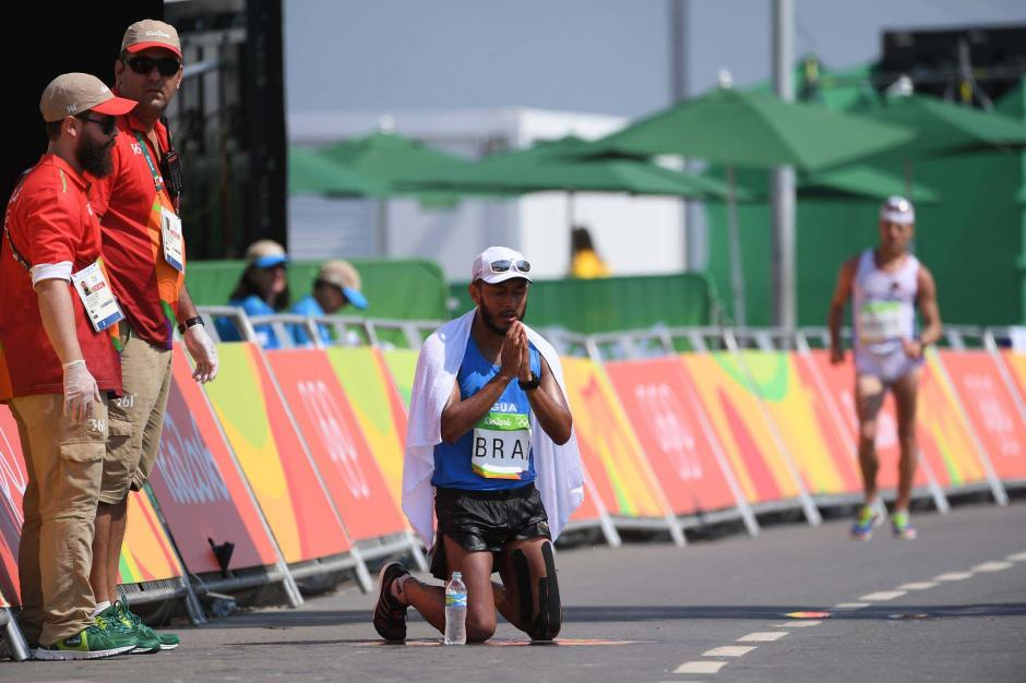 Con las rodillas en el asfalto terminó Mario Bran la exigente prueba de los 50 kilómetros. (Foto: Aldo Martínez/Enviado de Nuestro Diario)
