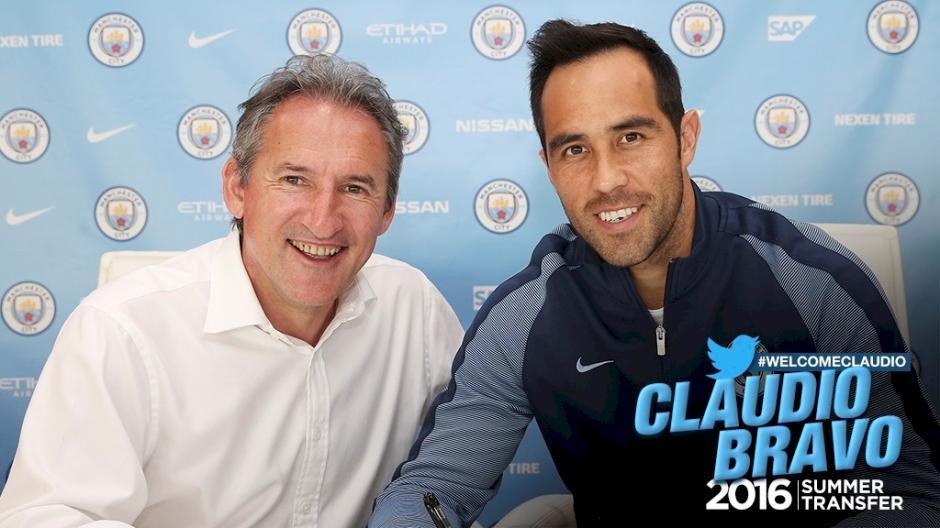 Con esta imagen, el club inglés confirmó el fichaje del portero chileno. (Foto: mancity.com)