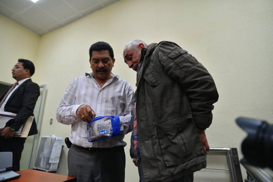 El abogado de Jiménez, Francisco García Gudiel, le entrega los medicamentos que supuestamente necesita. (Foto: Wilder López/Soy502)