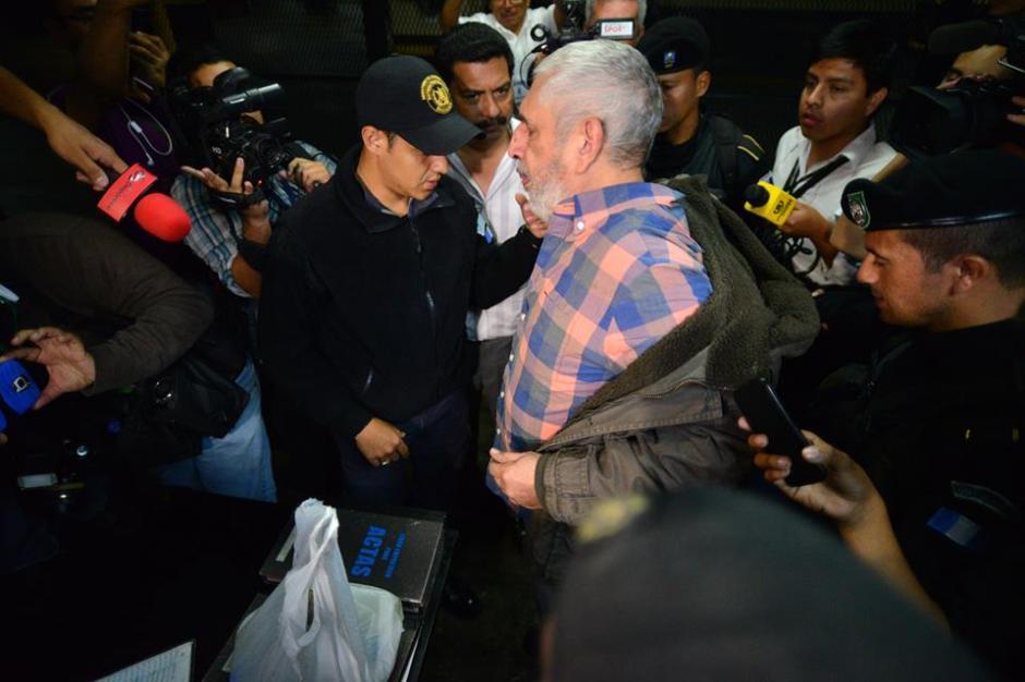 Momentos después la PNC lo trasladó al juzgado de Turno para hacerle saber los motivos de su detención. (Foto: Wilder López/Soy502)