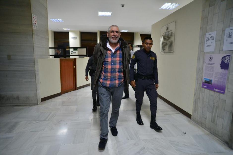 Brayan Jiménez salió del juzgado de turno con un aspecto más relajado hacia la base militar Mariscal Zavala. (Foto: Wilder López/Soy502)