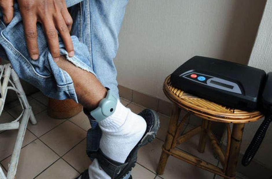 La implementación de brazaletes electrónicos fue impulsada por tres bancadas. (Foto: entornointeligente.com)