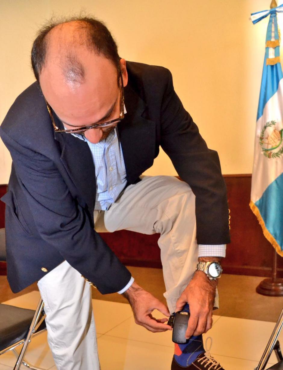 El diputado Leonel Lira muestra los brazaletes. (Foto: cortesía José Castro)