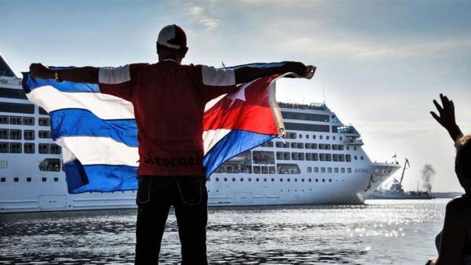 Un hombre agita una bandera cubana a la llegada del crucero estadounidense a Cuba. (Foto: AFP/Adalberto Roque)