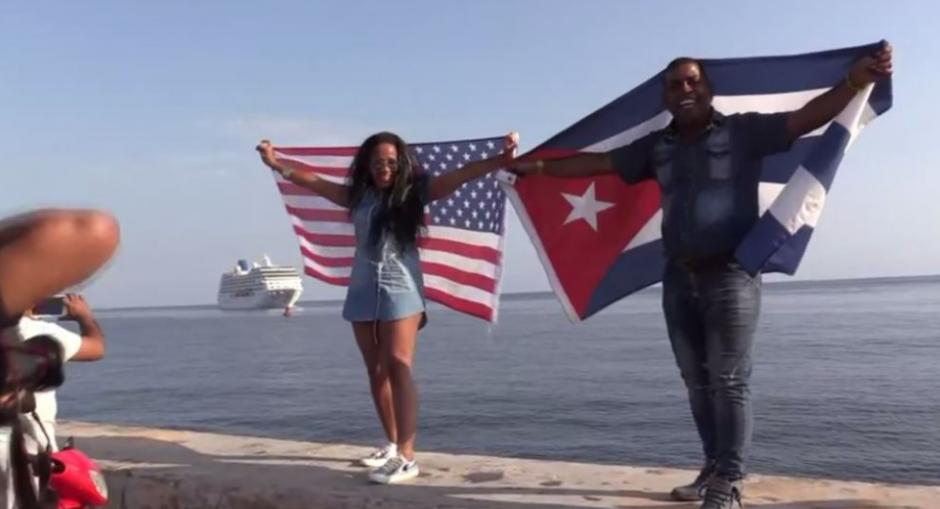 Cubanos festejan la llegada del primer crucero de Estados Unidos a Cuba. (Foto: AFP)