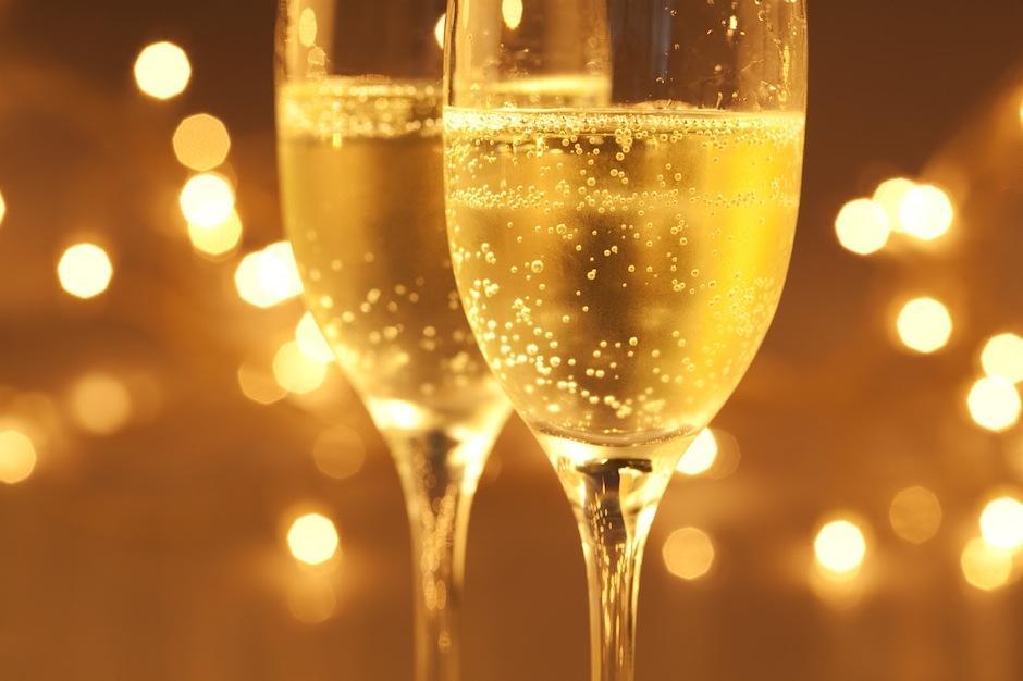 ¿Sabías que aunque es vino blanco la uva del champagne es roja? Su nombre viene de su denominación de origen, en la región de Champagne, Francia. (Foto: dolcetarniente)