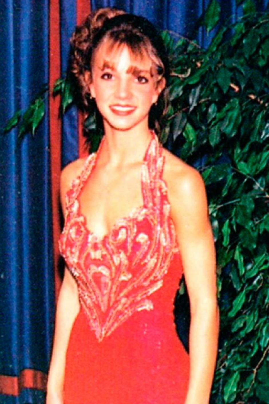 Britney Spears llevaba un vestido rojo con un largo escote. (Foto: El País)