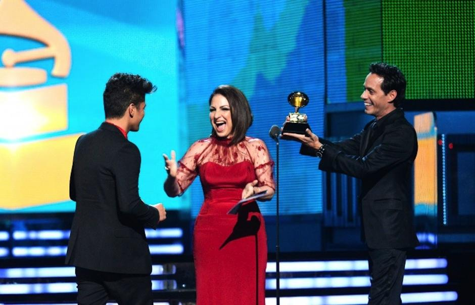 Bruno Mars recibe el premio Mejor Álbum Pop Vocal por Unorthodox Jukebox de la mano de dos latinos. (Foto: Grammy)