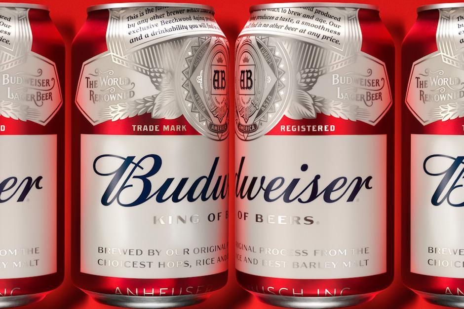 Budweiser dejó de ser americana cuando la compañía Anheuser-Busch fue adquirida por la cervecera belga InBev, (Foto: underconsideration.com)