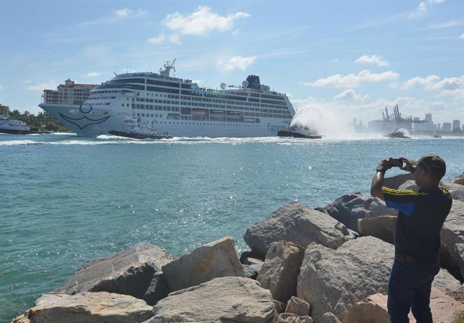 Un hombre toma desde tierra una fotografía del Adonai, en su viaje inaugural de 7 días a Cuba. (Foto: EFE)