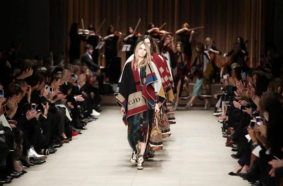La estrella del desfile Burberry fue la modelo británica Cara Delevingne. (Foto: NowFashion)