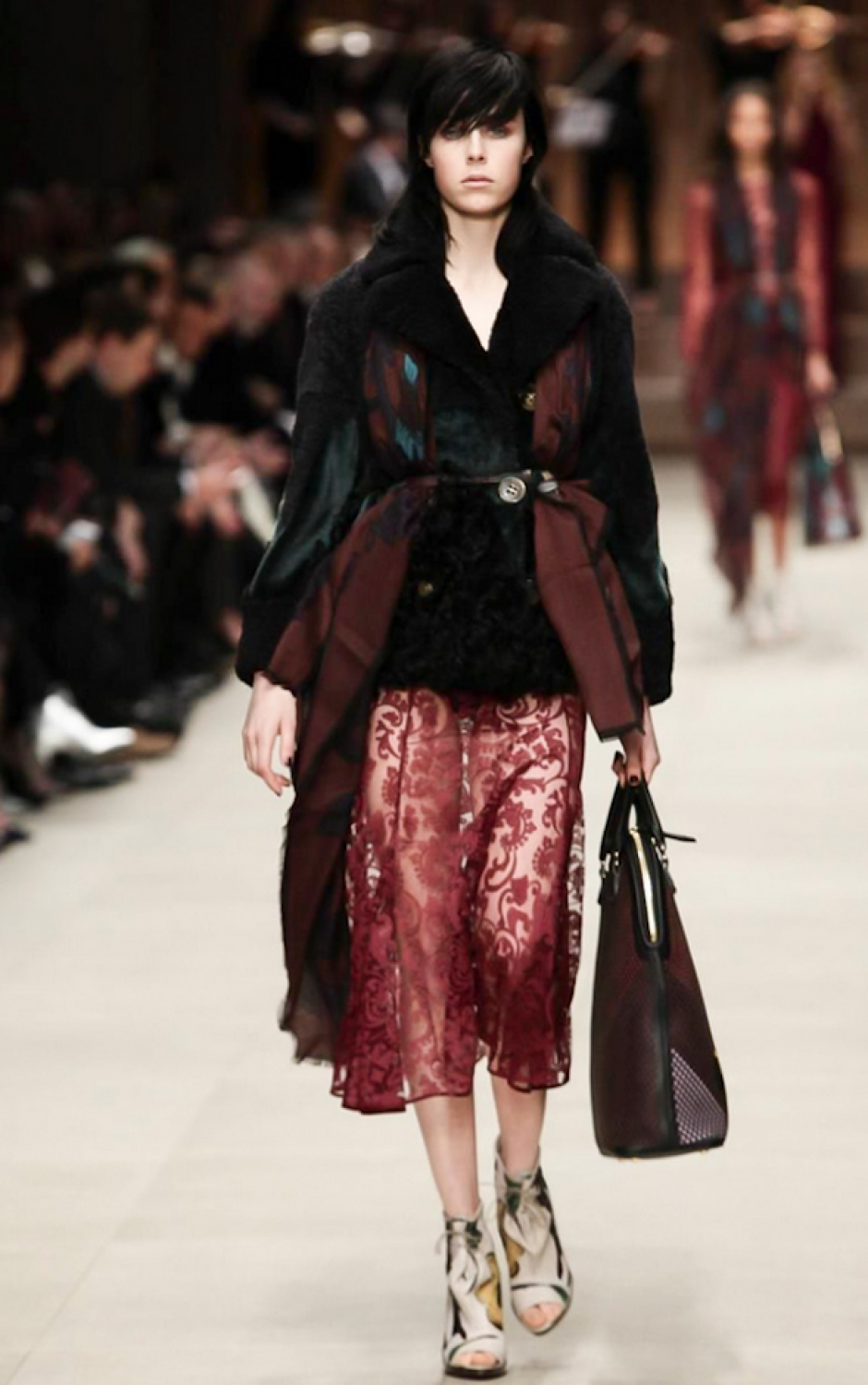 Burberry apuesta por el look gótico. (Foto: NowFashion)
