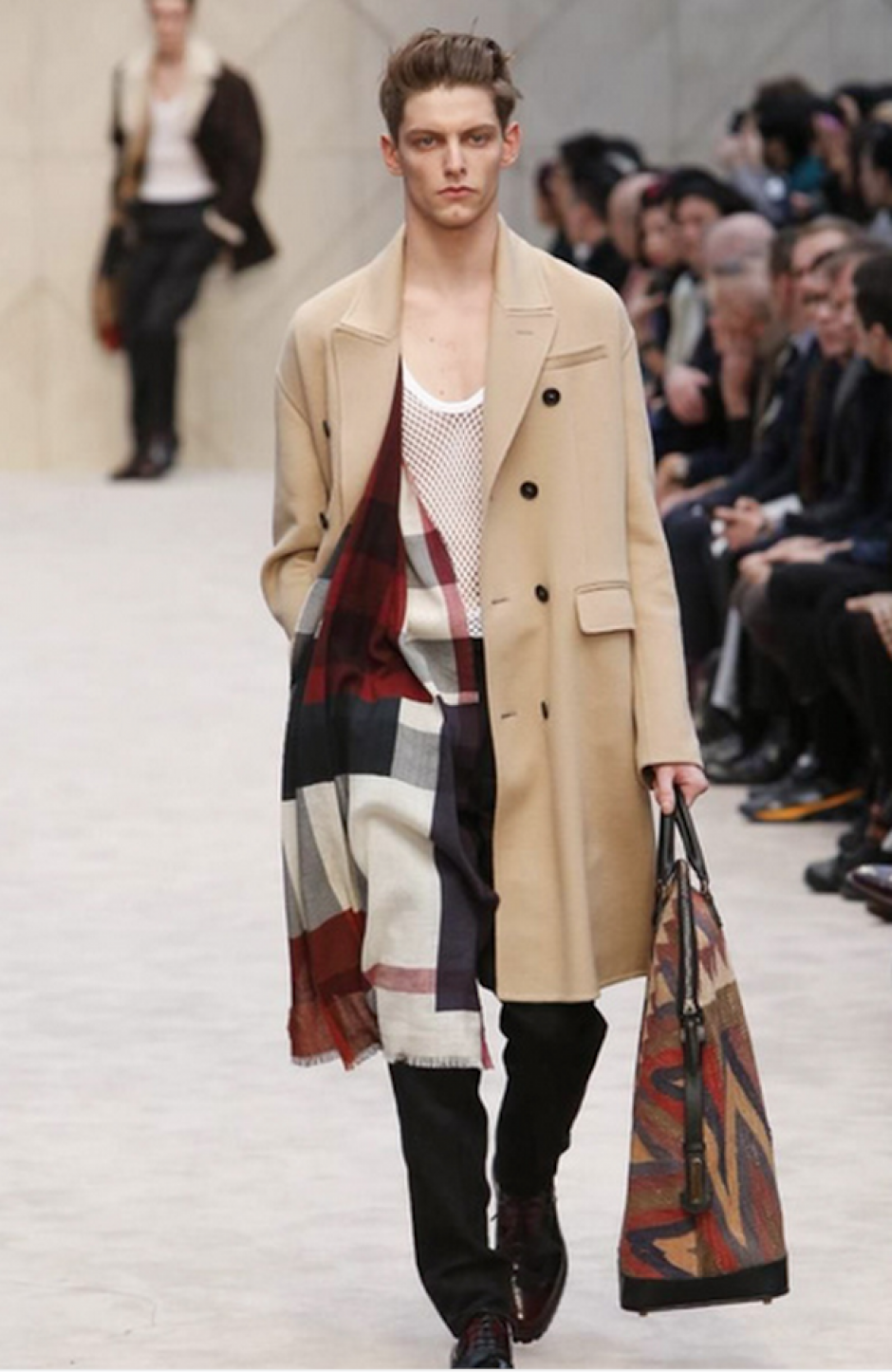 Burberry presenta la versión 2014 de su clásica chaqueta de lluvia. (Foto: Nowfashion)