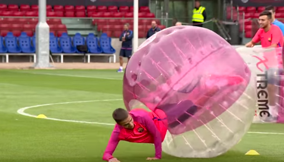 Algunos mostraron tener destrezas con la burbuja, pero otros no tanto. (Foto: Captura de YouTube)