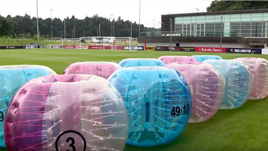 Las burbujas inflables estaban dividas en colores azules y rojas. (Foto: Captura de YouTube)