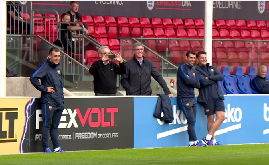 Los miembros del cuerpo técnico sonreían al ver a los futbolista con las burbujas inflables. (Foto: FC Barcelona)