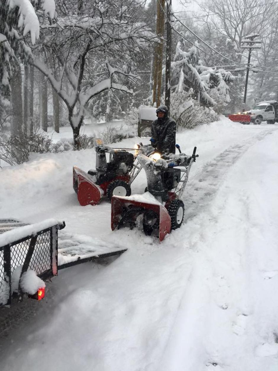 Desde primeras horas de este domingo, iniciaron los trabajos de remoción de nieve en Nueva York. (Foto: Facebook/Wilder López)