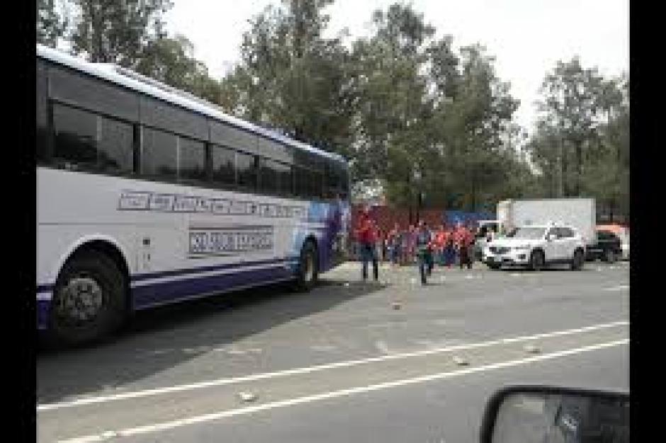 El bus de Suchitepéquez recibió custodia tardía al salir del estadio Manuel Felipe Carrera. (Foto: FB Hiber Villanueva)