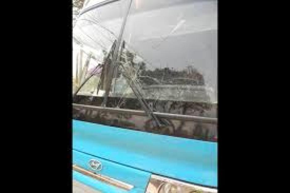 Los vidrios del bus de Suchitepéquez recibieron pedradas. (Foto: FB Hiber Villanueva)
