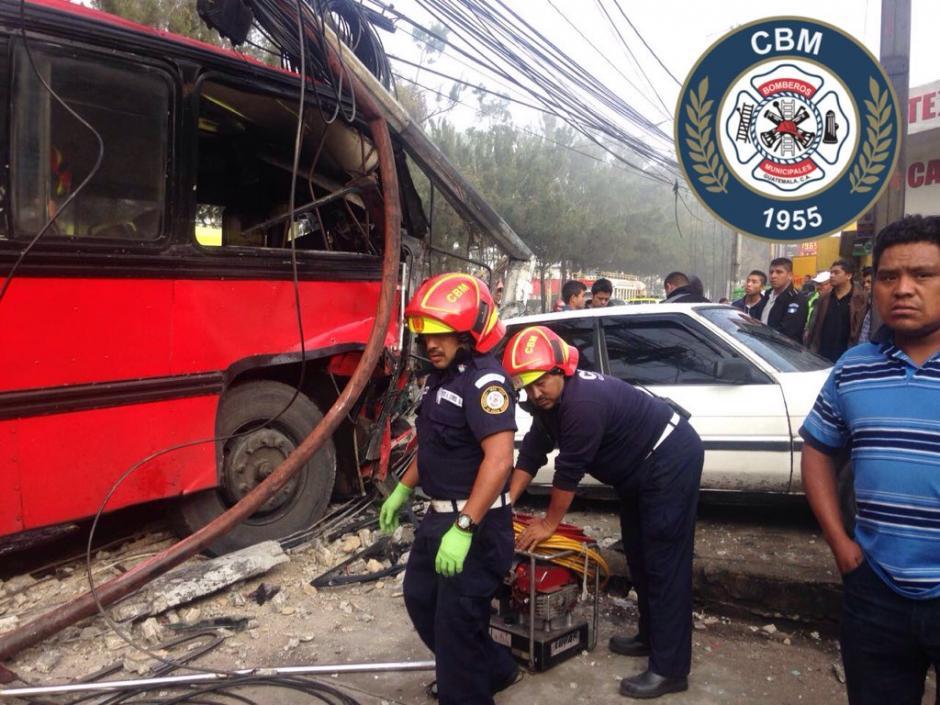 El bus se empotró en un poste sobre la Calzada San Juan, zona 7 capitalina y dejó una persona herida. (Foto: @bomberosmuni)